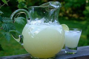 que beneficios tiene tomar agua con limon en ayunas